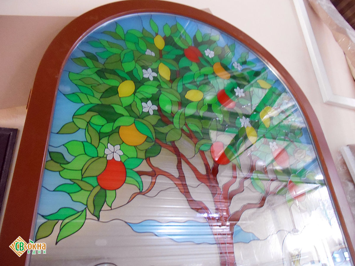 Изготовили арочное деревянное евроокно с витражом в стеклопакете.