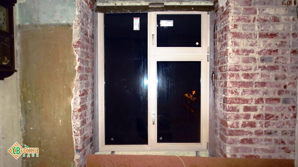 Окна из дерева в кирпичном доме